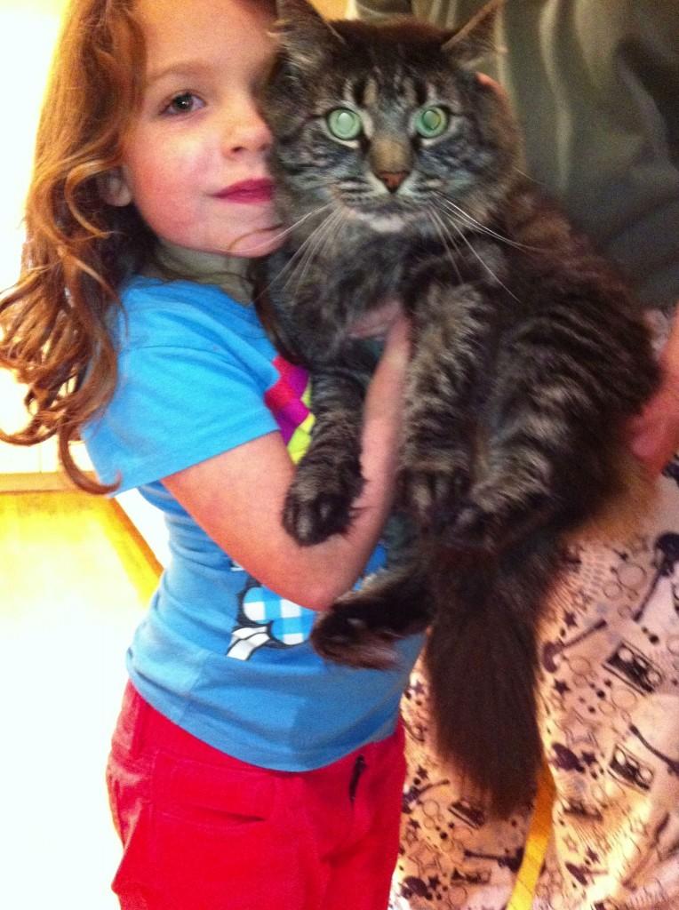 Lillian, hija de Greenberg (la de la izquierda) con el gato Teddy (la bola de pelo de la derecha). Foto tomada de la página web de Robert Greenberg
