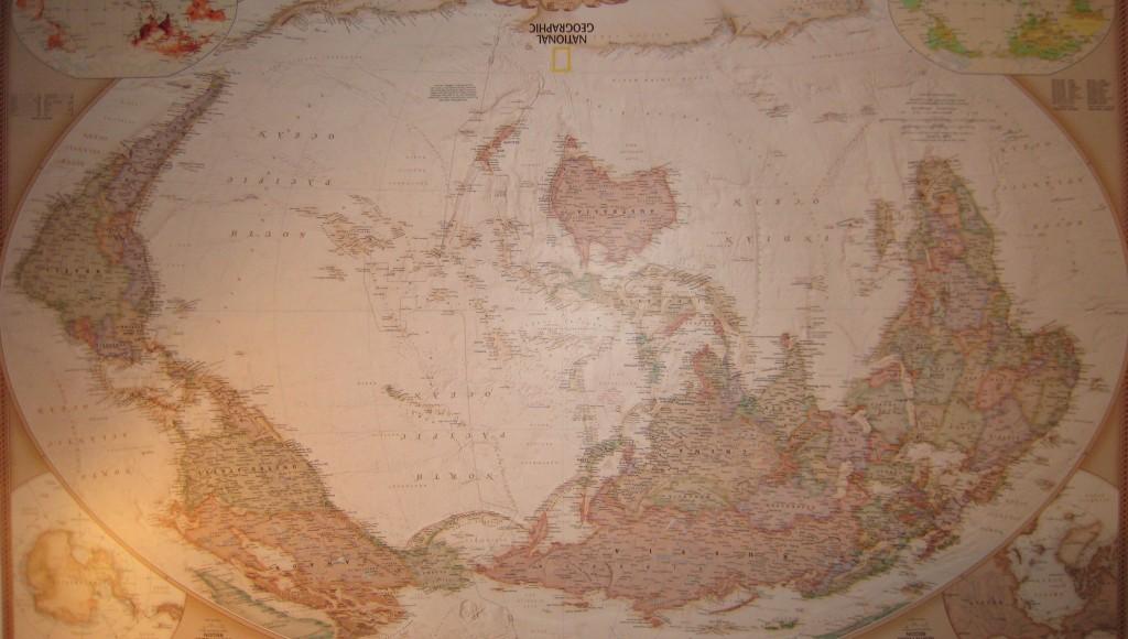 Algunas personas dirían que este mapa del mundo está al revés. ¿Al revés por qué? Los más importantes cuellos de botella del comercio mundial se encuentran en el Índico: los estrechos de Bab el-Mandeb, Ormuz y Malaca. El 40% del crudo que se transporta por mar pasa por el estrecho de Ormuz, el 50% de la capacidad de carga de la flota mercante mundial pasar por el estrecho de Malaca.