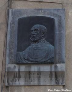 Busto de Antonio Zozaya esculpido por Bonome, sito en la Plaza del General Vara del Rey de Madrid. Fotografía de septiembre de 2019