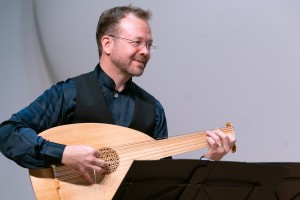 Mark Lewon playing the lute